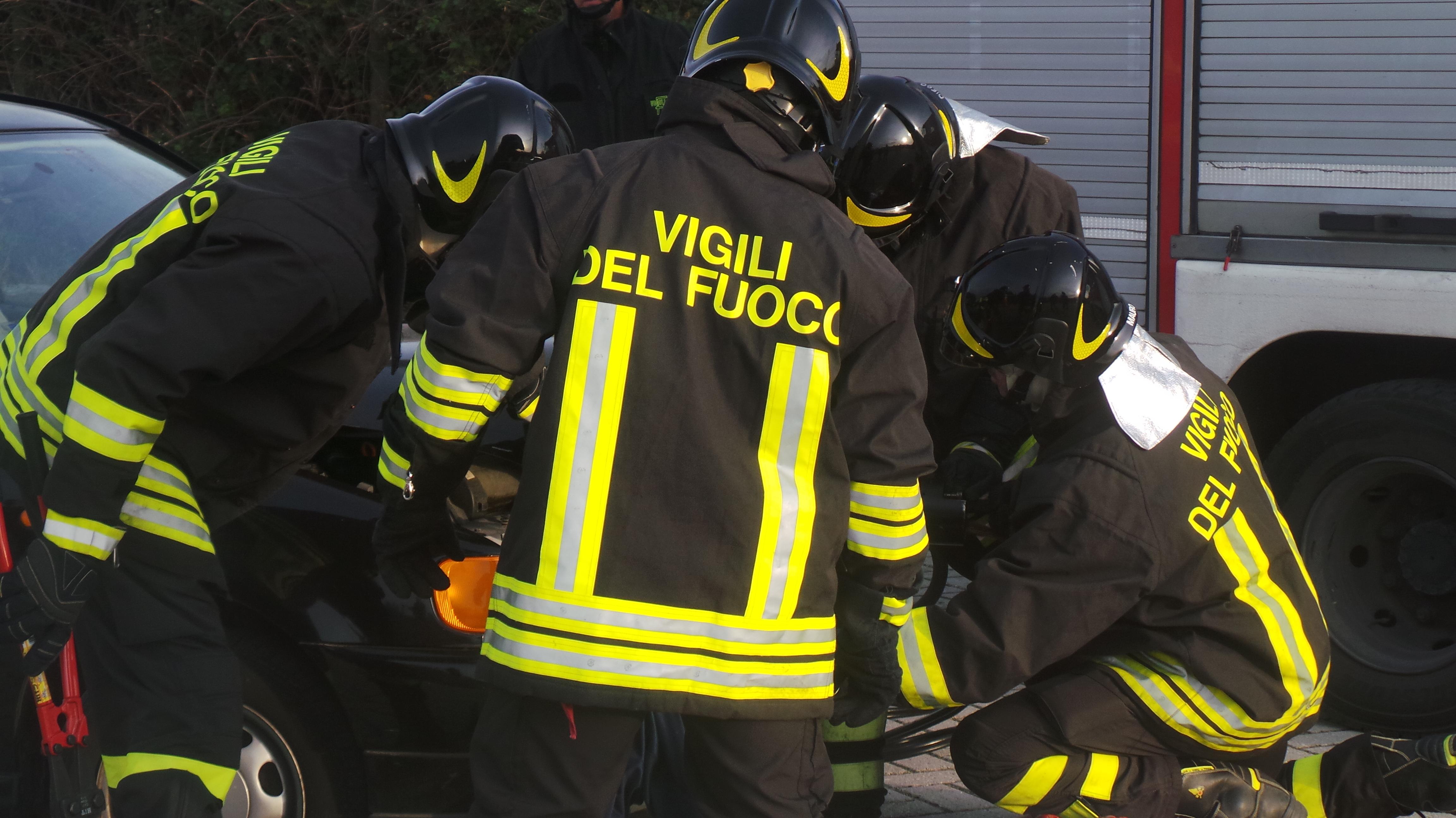 Caivano, incendio in una fabbrica di toner: decisivo l'intervento dei Vigili del Fuoco